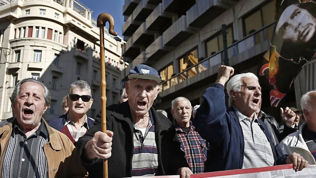 Rentner in Griechenland protestieren gegen die Sparpolitik: Zu Weihnachten erhalten Pensionierte mit tiefen Beiträgen einen einmaligen Zustupf. (Archivbild)