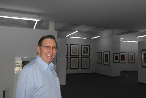 Jürgen A. Messmer in der Picasso-Ausstellung. Im Hintergrund Lithografien.