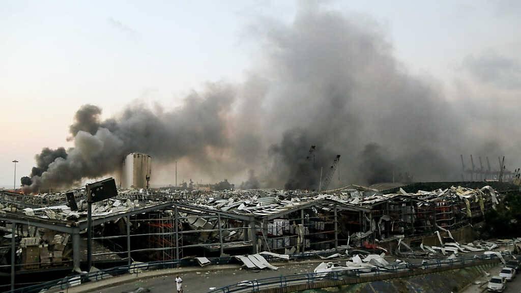 ARCHIV - Rauch steigt nach einer Explosion über einem Gebäude am Hafen auf. Mehr als vier Monate nach der verheerenden Explosion im Hafen von Beirut hat ein libanesischer Ermittlungsrichter Anklage gegen den amtierenden Regierungschef Diab und drei frühere Minister erhoben. Foto: Marwan Naamani/dpa