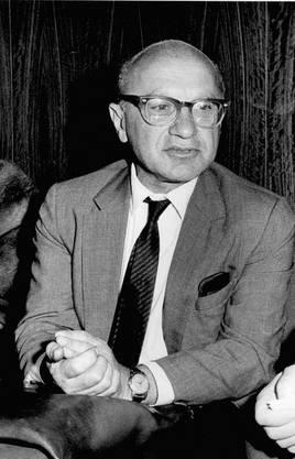 Milton Friedman ist der Superstar der Ökonomen. Er gilt als der Kopf der «Chicago Boys». Diese Lehrmeinung lehnt Staatseingriffe in die Wirtschaft ab. Es reicht, die Geldmenge optimal zu steuern, damit Inflation vermieden werden kann (Monetarismus).