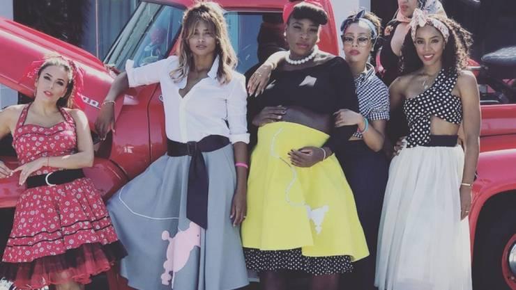 Serena Williams - im gelben Petticoat - hat am Samstag mit ihren Freundinnen eine 50er-Jahre-Babyshower-Party veranstaltet. Mit dabei unter anderen Eva Longoria (l), Ciara (2.v.l.) und Kelly Rowland (r). (Instagram)