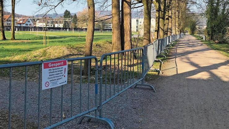 Im April hatte die Stadt Dietikon verschiedene Pärke wie die Allmend Glanzenberg (links) gesperrt. Inzwischen sind die Anlagen wie die Nötzliwiese wieder bevölkert – trotz Coronavirus.