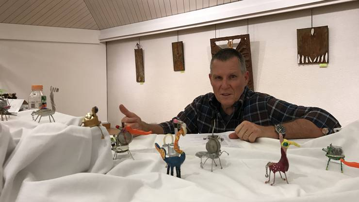 Der ehemalige Postangestellte Marcel Hasler inmitten seiner Fantasie-Figuren und Rost-Bilder.