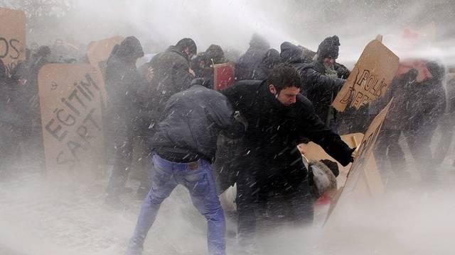 Polizei setzt Wasserwerfer gegen protestierende Studenten ein