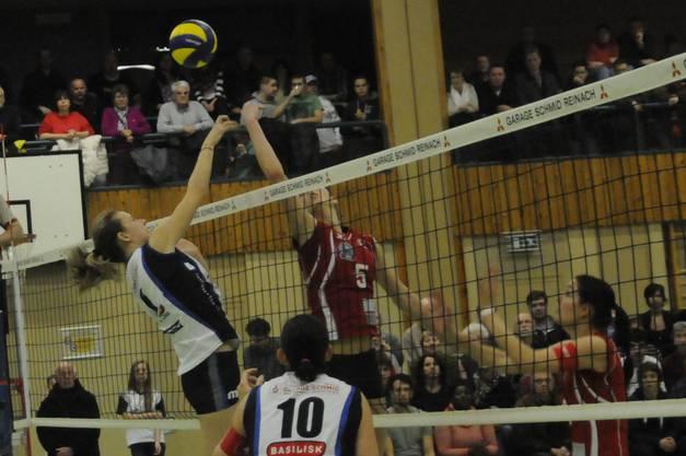 Pfeffingens Kerley Becker (li.) und Voléros Bojana Zivkovic duellieren sich am Netz.