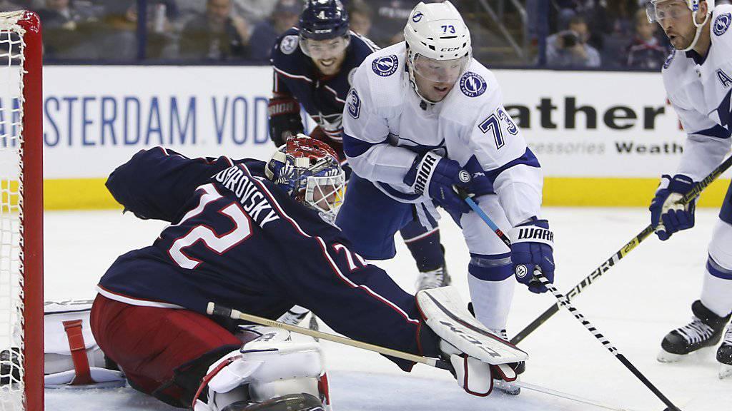 Columbus' russischer Goalie Sergej Bobrowski lässt die Stürmer von Tampa Bay verzweifeln