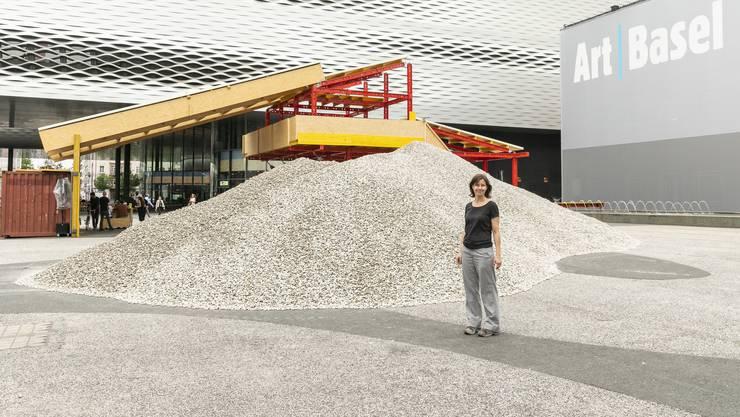 Die spanische KünstlerinLara Almarcegui lässt 1250 Tonnen Kies auf den Basler Messeplatz kippen.