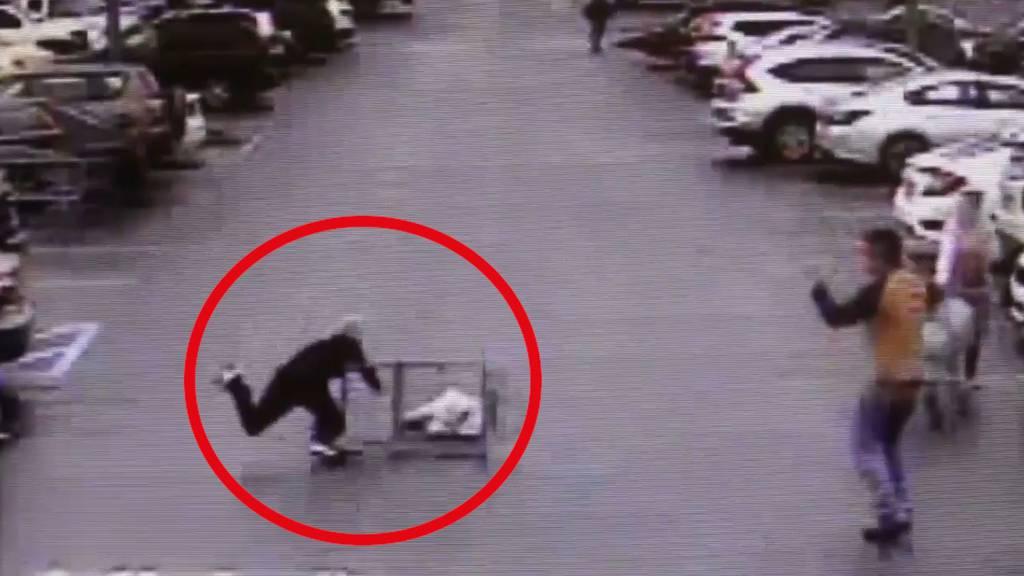 """""""Poschtiwägeli""""-Einsatz: Mann bringt Dieb mit Einkaufswagen zu Fall"""