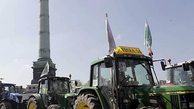 Zahlreiche Traktoren fahren an der Place de la Bastille vorbei