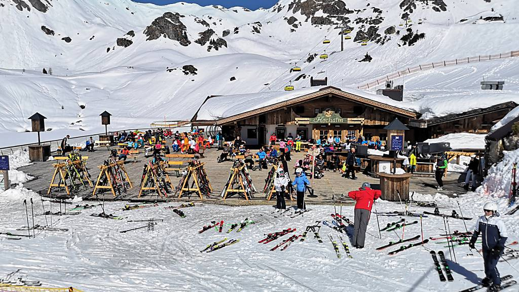ARCHIV - In Österreich, wie hier im Skiort Obertauern, gilt in der kommenden Wintersportsaison auf den Skipisten die sogenannte 3G-Regel. Foto: Barbara Gindl/APA/dpa