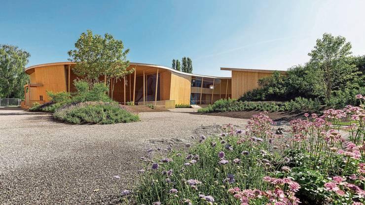 Die Holzpavillons im Rohbau geben bereits einen guten Eindruck, wie die Parklandschaft dereinst aussehen wird.