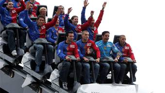 Ein Bild von 2004: Die damalige FCB-Mannschaft (vorne links Murat Yakin) bei einem Sponsorenterminim Europapark. Ungefähr so dürfte es sich auch gestern abgespielt haben.