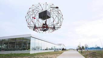 Dank dem speziellen Design werden Personen von den Propellern der Drohne der Lausanner Firma Flyability geschützt.