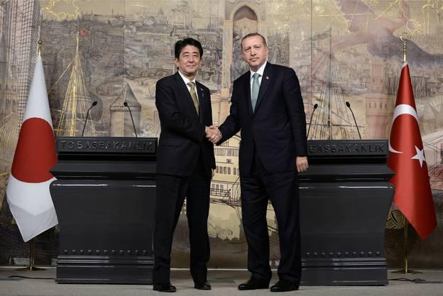 Der japanische Premierminister Shinzo Abe und sein türkisches Pendant Recep Tayyip Erdogan beim Händedruck.