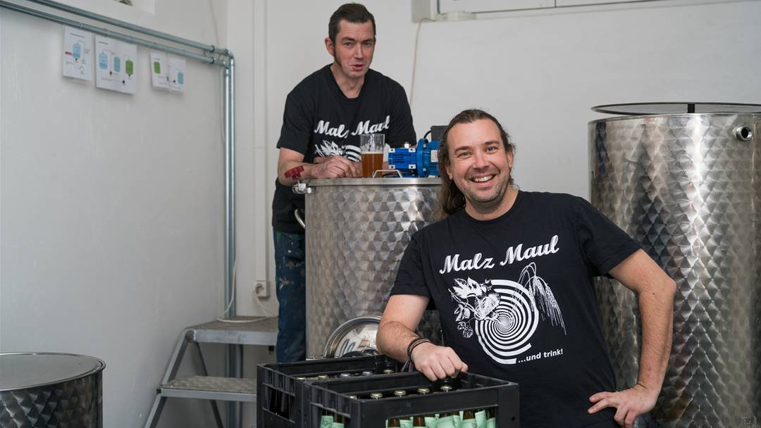 Bierbrauer Sebastian Niesser bei der Arbeit.
