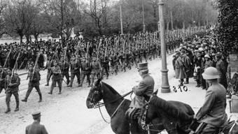 Vor 100 Jahren. am 12. November 1918, begann in der Schweiz der Landesstreik. Im Bild ein Defilee der Ordnungstruppen vor General Ulrich Wille und Oberstdivisionär Emil Sonderegger. Die Ordnungstruppen der Armee wurden gegen die eigene Bevölkerung eingesetzt. (Archivbild)