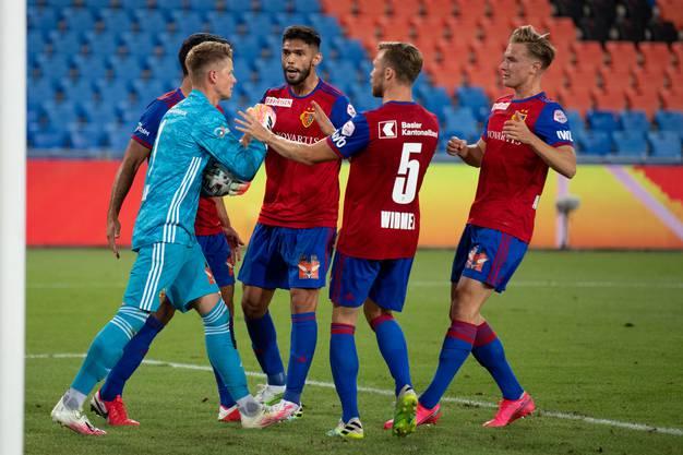 Der FCB-Goalie wird von seinen Teamkollegen bestürmt.