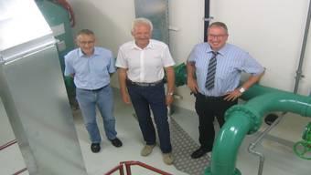 Hans-Jürg Weber, SWL Wasser AG, Werner Jaun, Geschäftsführer RTB, und SWL-Direktor Markus Blättler im Pumpwerk Hard 1. do