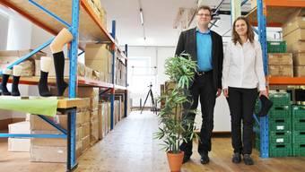 Michael und Sandra Wenk in ihrem Sockenlager. Die Bambussocken sind echt, die Bambuspflanze nicht.