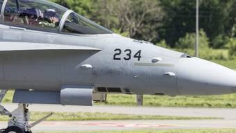 Die Ursachen der Risse werden untersucht. Im Bild ist ein F/A-18 Jet bei der Landung auf dem Militärflugplatz Unterbach in Meiringen im vergangenen Mai.