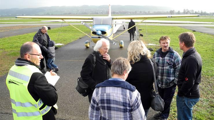 Gestern beim Airport: Eine Handvoll Leute will genauer wissen, was es mit der Cessna auf sich hat.