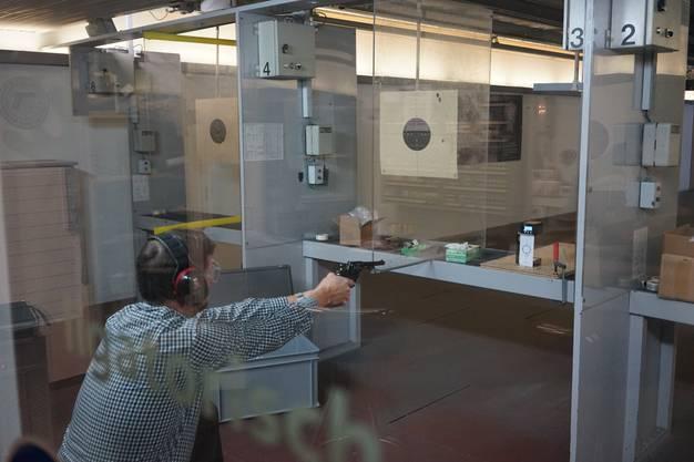 Rechtsmediziner Christian Lanz schaut, wie eine Pistole schiesst, welche Spuren sie hinterlässt.