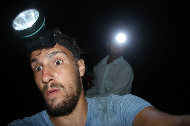 Ein Selfie zu machen entpuppt sich als schlechte Idee. Der Blitz bringt meinen Fahrer aus der Fassung - er steuert unser Boot frontal gegen die Höhlenwand.