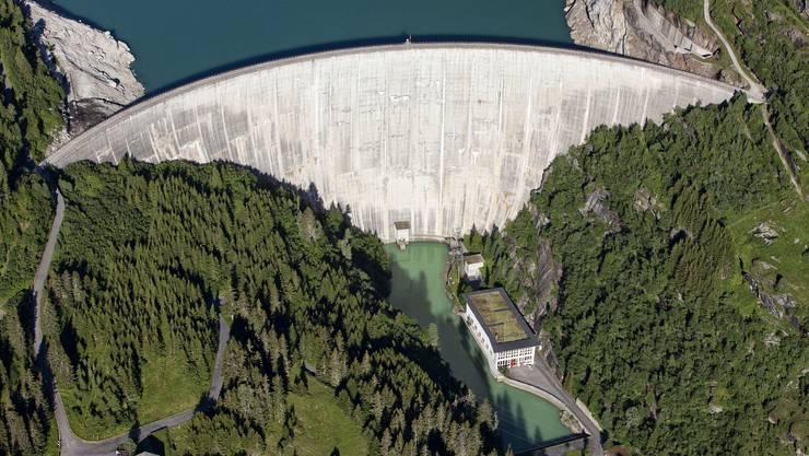 Stauseen wie der Zervreilasee im Kanton Graubünden tragen mit ihren Kraftwerken am meisten zum erneuerbaren Strom in der Schweiz bei.