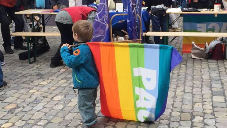 Keiner zu klein, dabei zu sein: Über tausend Personen haben am Ostermarsch in Bern für ein gerechteres Wirtschaftssystem demonstriert.