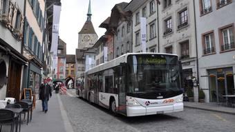 Der Bus bleibt vorerst in der Aarauer Altstadt. (Archivbild)