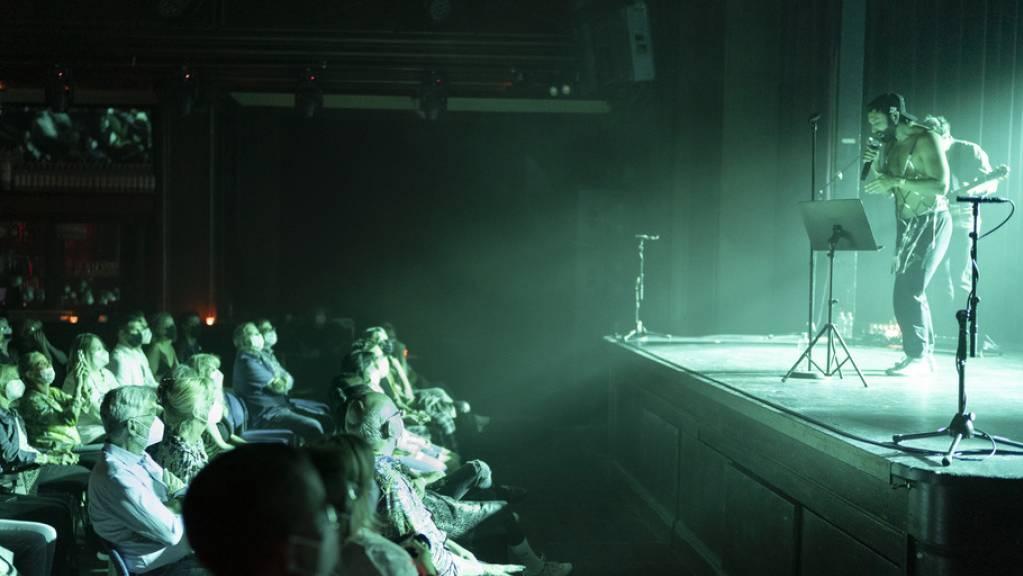 Fast 90 Prozent der Schweizer Bevölkerung zieht auch nach langer Corona-Abstinenz Vor-Ort-Veranstaltungen den Online-Versionen vor. Am wenigsten verzichten möchten die Befragten auf Live-Konzerte. (Symbolbild)