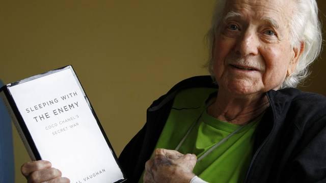 Hal Vaughan mit seinem Buch über Coco Chanel