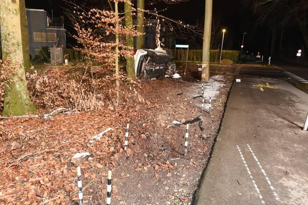 Nachdem der Wagen einen Radweg überquert hatte, kollidierte er mit einem Baum und blieb auf der Seite liegen.