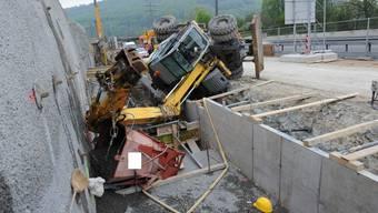 Bagger fällt in Rothrist auf zwei Baurbeiter.