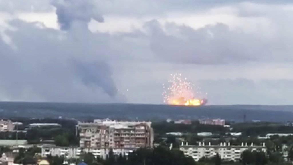 Bei einer gewaltigen Explosion in einem Munitionslager des russischen Militärs sind in Sibirien mehrere Menschen verletzt worden.