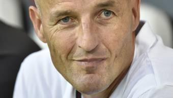 Zufrieden lächend, als sich der Sieg beim Debüt als Sions Trainer abzeichnete: Peter Zeidler
