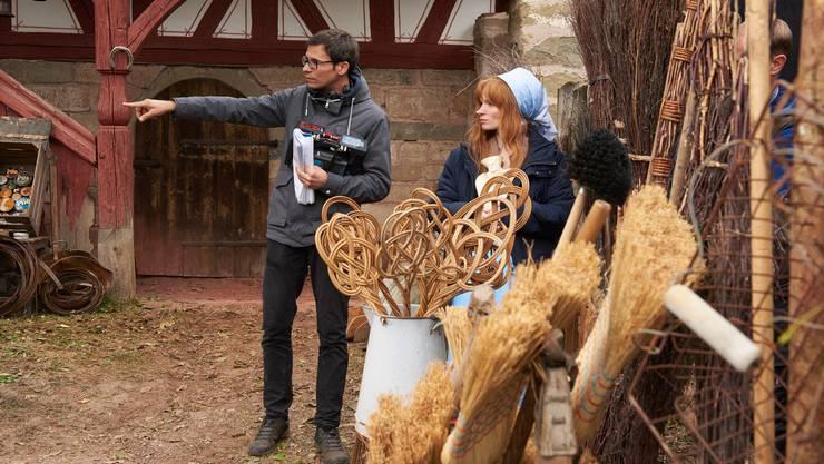 Regisseur Schaerer mit seiner Hauptdarstellerin Karoline Herfurth am Filmset von «Di chli Häx».