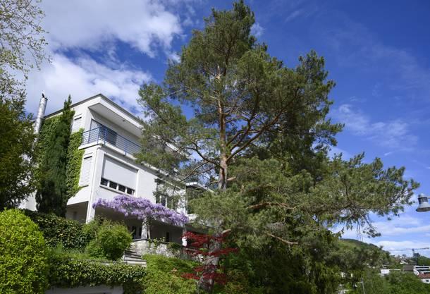 Nicht Tessin, sondern Lägernhang: eine der vielen imposanten Villen am Mühlbergweg, die von namhaften Architekten entworfen wurden.