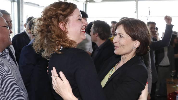 Grünen-Chefin Regula Rytz (r.) freut sich mit CVP-Kampagnenleiterin Laura Curau über das Ergebnis.