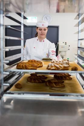 """Ramona Bolliger, Bäckerin, bereitet sich in der Backstube der Fachschule Richemont in Luzern auf die Berufs-Weltmeisterschaft """"World Skills 2017"""" in Abu Dhabi vor. Im Oktober wird sie dort die Schweiz in der Kategorie Bäckerinnen - Konditorinnen vertreten."""
