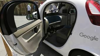 Der japanische Autobauer Honda schliesst sich mit General Motors für die Entwicklung selbstfahrender Autos zusammen - im Bild ein von Google im Jahr 2016 vorgestelltes autonomes Fahrzeug ohne Lenkrad und Pedale. (Archivbild)
