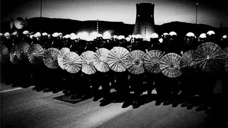 Polizisten in Kampfmontur vor dem fast vollendeten Kraftwerk Gösgen. 950 Polizeibeamte waren aufgeboten worden, um die Demonstration zu verhindern.