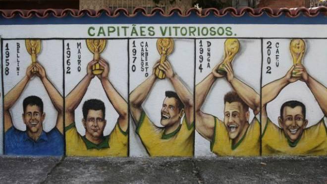 Fünf Captains, die Brasilien zu einem WM-Sieg führten: Wandmalerei in Rio de Janeiro vor dem Beginn der Fussball-WM. Foto: Keystone