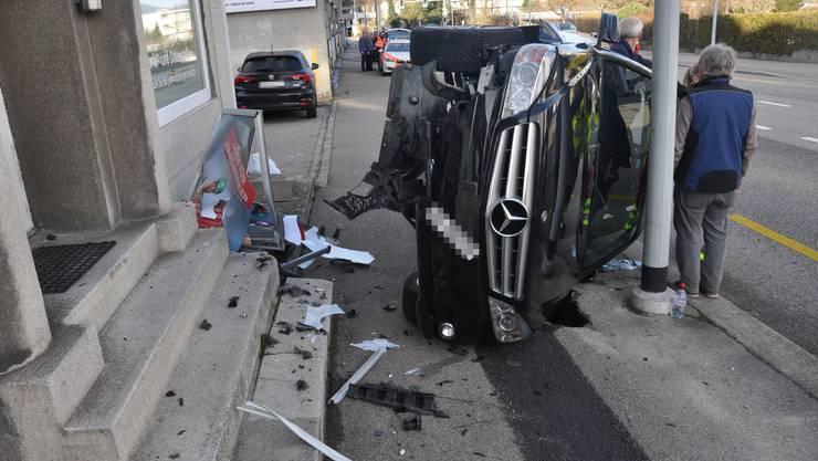 Der Fahrer dieses Autos verlor die Kontrolle über sein Fahrzeug und kam erst seitlich auf dem Bürgersteig zum Stehen.
