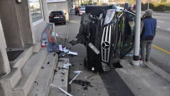 Solothurn - Fahrer verliert Kontrolle über Fahrzeug und landet seitlich auf dem Bürgersteig.