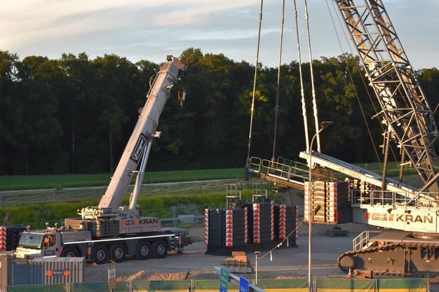 Der Kran wird mit 350 Tonnen stabilisiert.