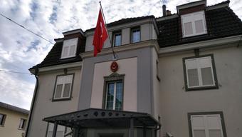 Das türkische Konsulat an der Weinbergstrasse 65 in Zürich wurde in der Nacht auf Mittwoch attackiert.