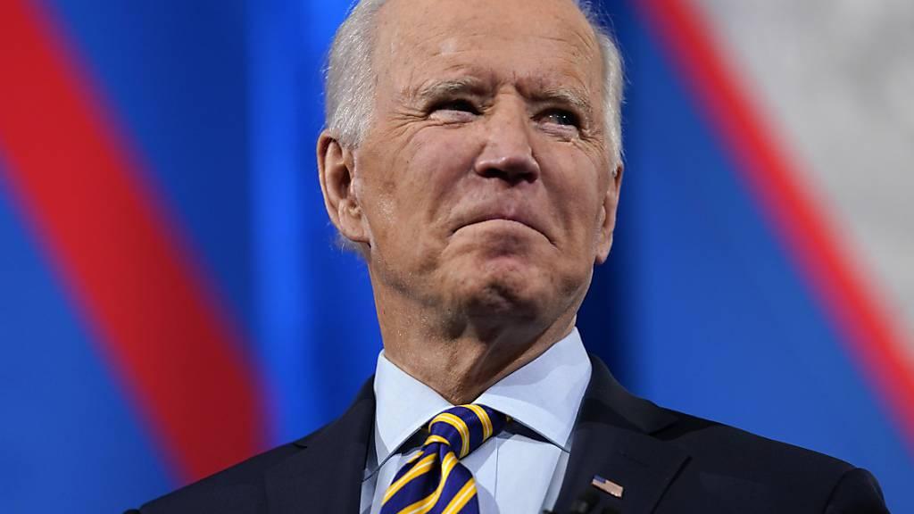 Joe Biden, Präsident der USA, steht auf der Bühne während einer von CNN übertragenen Veranstaltung im Pabst Theater. Foto: Evan Vucci/AP/dpa