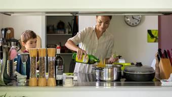 Zu Hause mit der Familie kochen hat durch die Coronakrise wieder an Stellenwert gewonnen.