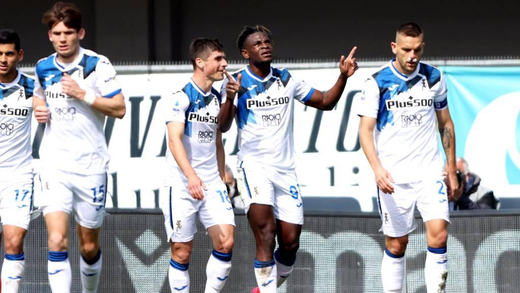 Torschütze Duvan Zapata (Zweiter von rechts) und seine Mitspieler von Atalanta Bergamo freuen sich über das 2:0.